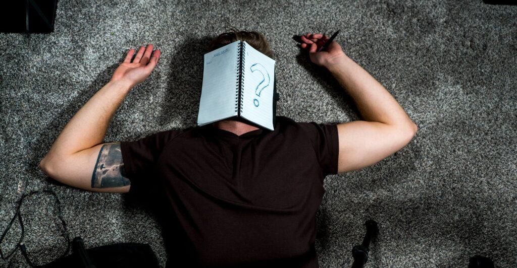 Schick die innere Kritikerin auf die lange Bank und löse deine Schreibblockade